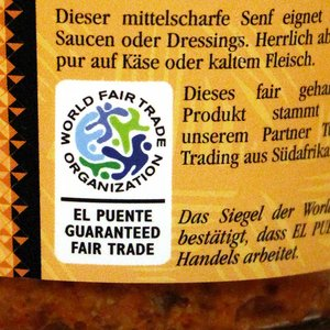 "WFTO-Label ""Garanteed Fair Trade Organization"" auf einem Senfglas"